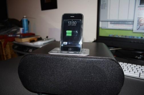 Novodio TuneTube HiFi Jr avec l'iPhone dessus