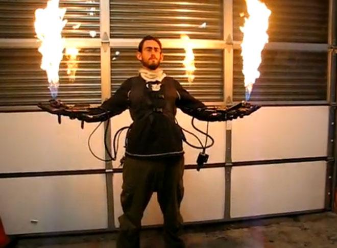 Vidéo : un lance-flamme intégré à des gants