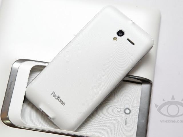 Quelques photos mettant en scène un Asus Padfone 2 blanc