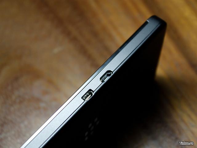 BlackBerry 10 L-Series : la tranche gauche