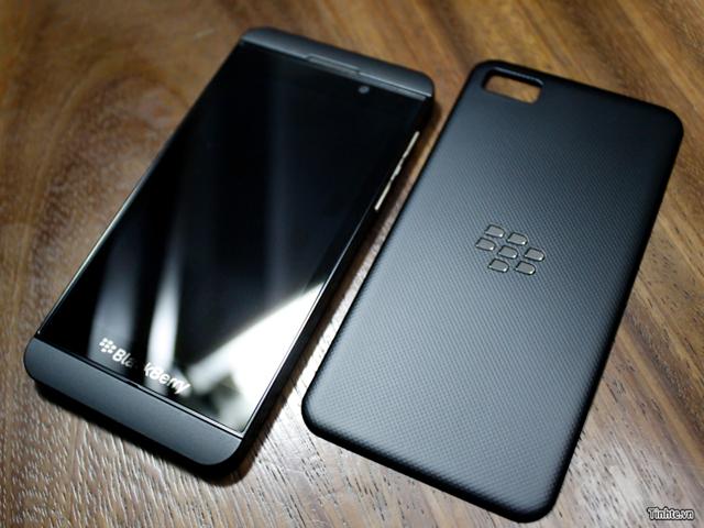 BlackBerry 10 L-Series : le devant et le dos côte-à-côte