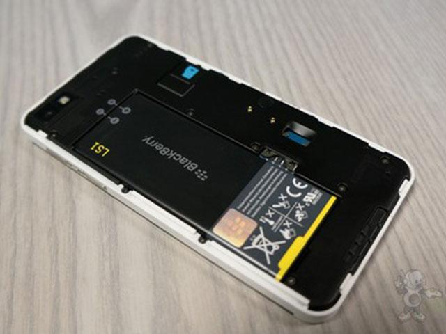 BlackBerry Z10 blanc : sous la coque arrière