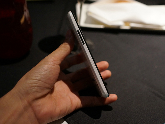 Nexus 4 blanc : de côté
