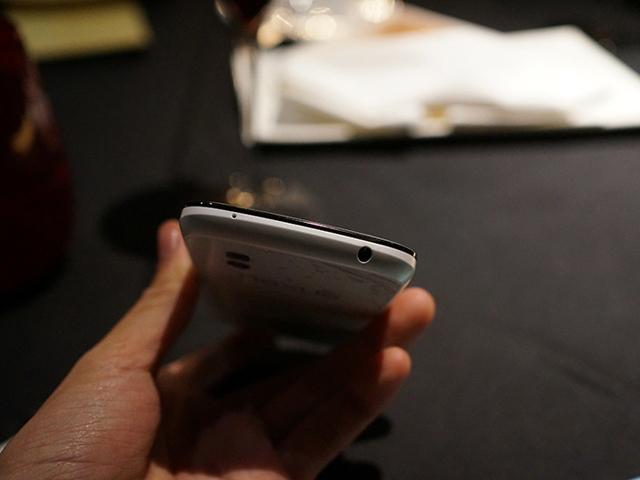 Nexus 4 blanc : vue de dessous