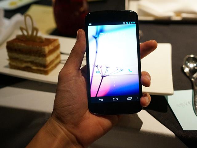 Nexus 4 blanc : autre vue de face