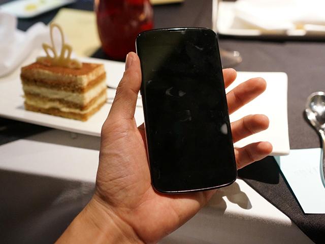 Nexus 4 blanc : vue de face (encore)