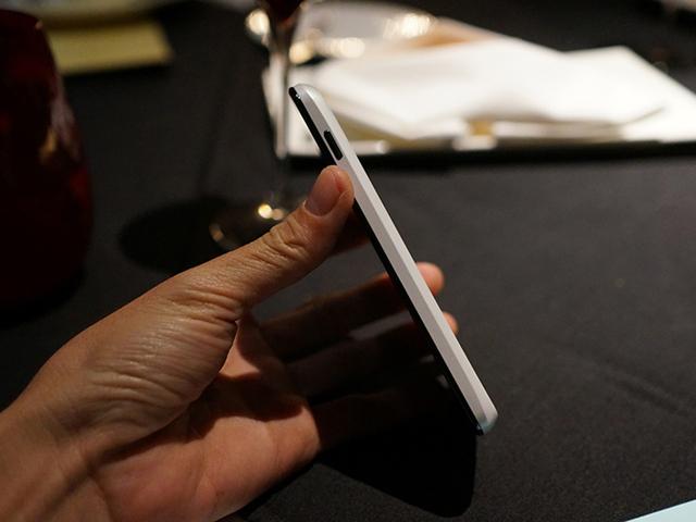 Nexus 4 blanc : vue de côté