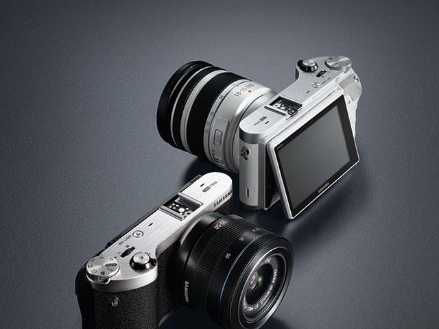 Samsung NX300 : 3D et écran orientable au programme !