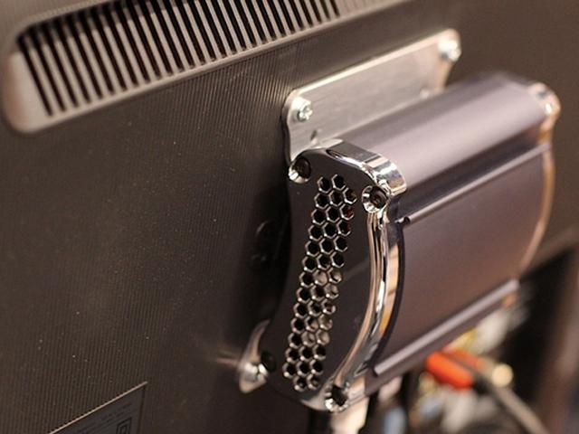 Steambox / Piston : accrochée derrière la télé