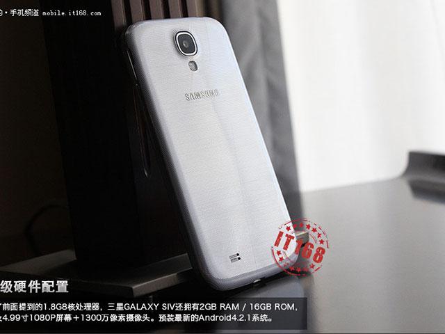 Samsung Galaxy S4 : debout, de dos