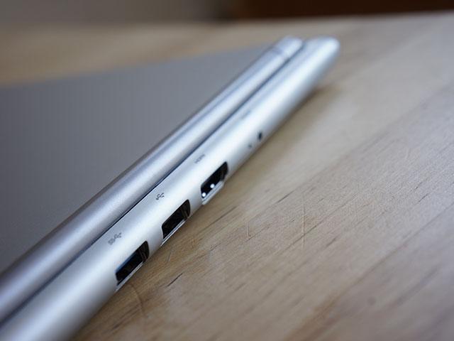Chromebook Samsung : les deux ports USB et la sortie HDMI