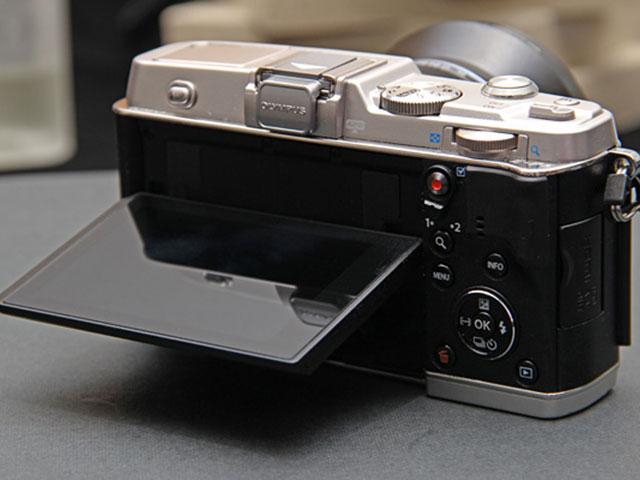 Olympus E-P5 : vue de dos, avec l'écran incliné
