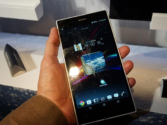 Sony Xperia ZU : vu de face, en main