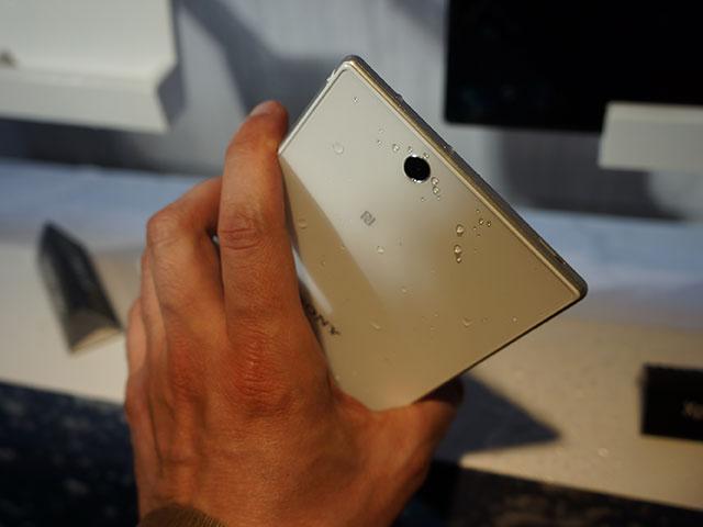 Sony Xperia ZU : vu de dos, toujours en main