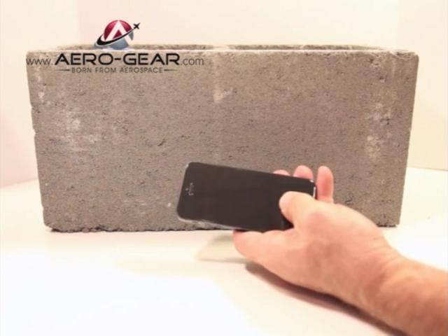 La résistance d'un écran en saphir montrée en vidéo