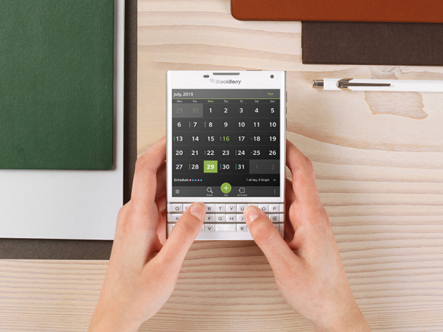 Une photo officielle du BlackBerry Passport blanc