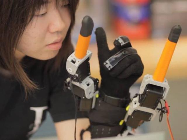 Le gant qui vous rajoute deux doigts