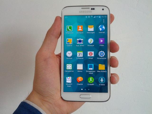 Le Samsung Galaxy S5 en main