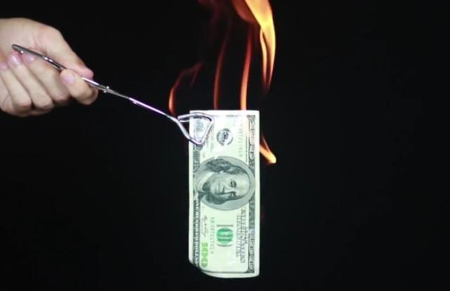 Voici comment brûler un billet de banque sans le détruire