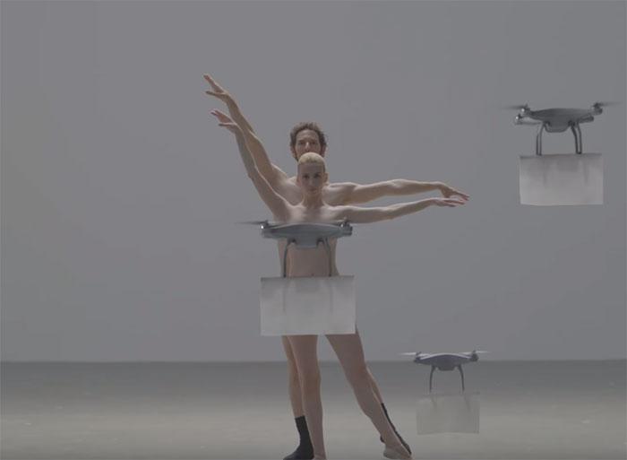 Elle danse nue avec des drones pour vendre des vêtements
