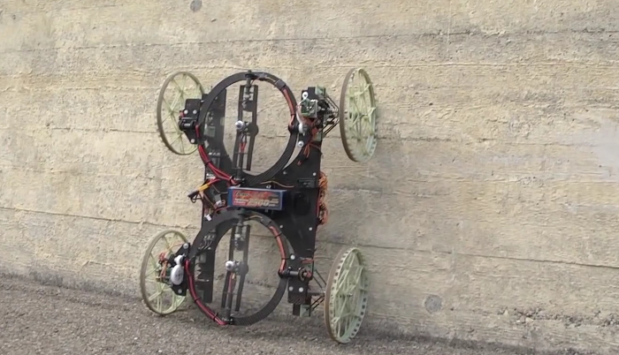 Ce robot roule sur les murs
