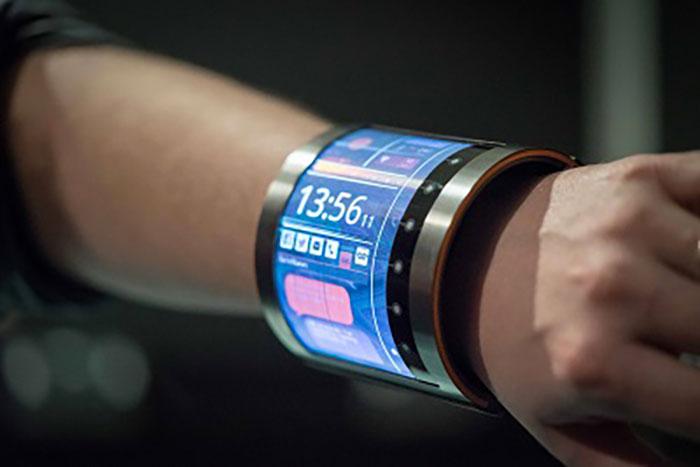 Grâce à son écran flexible, cette montre connectée peut s'enrouler autour de votre poignet