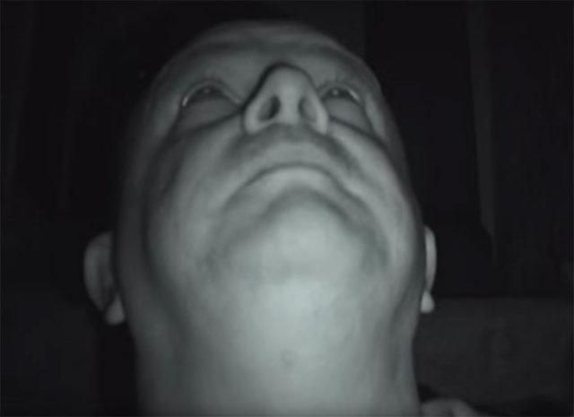 Il a passé toute une nuit dans une maison hantée et il a filmé l'expérience
