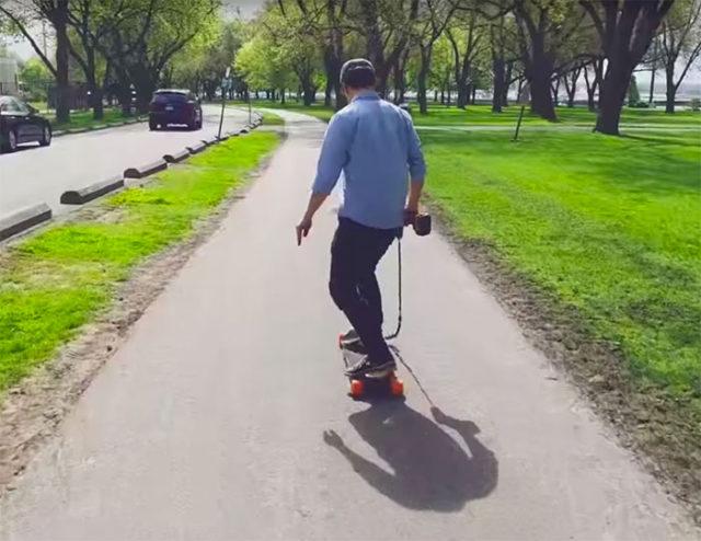 il a cr son propre skateboard lectrique aliment par. Black Bedroom Furniture Sets. Home Design Ideas