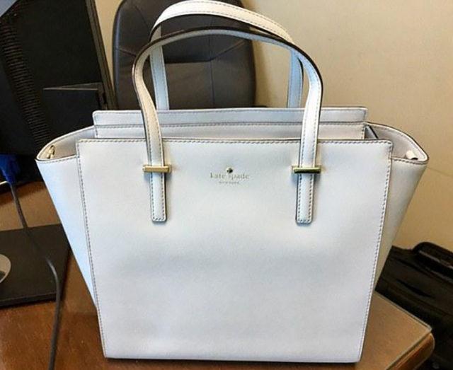 Sac A Main Blanc Et Bleu : Blanc ou bleu la couleur de ce sac ? main divise les