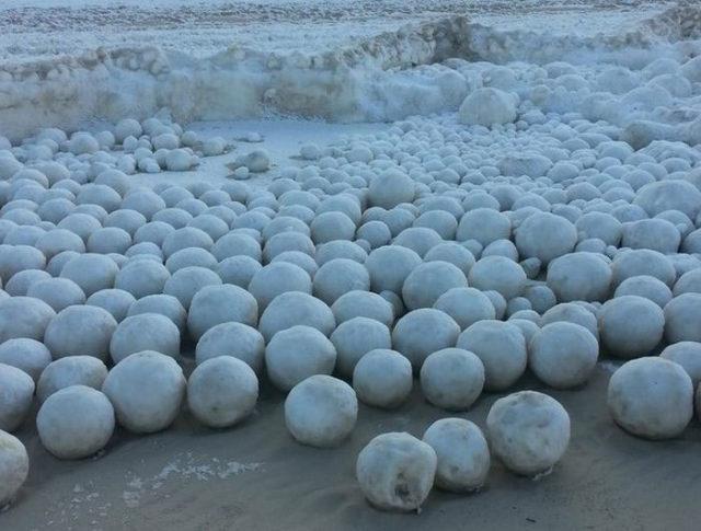Quand la nature sculpte des milliers de boules de neige…
