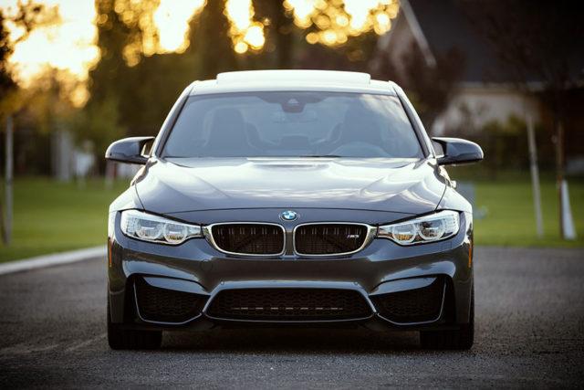BMW enferme un voleur à distance dans sa voiture