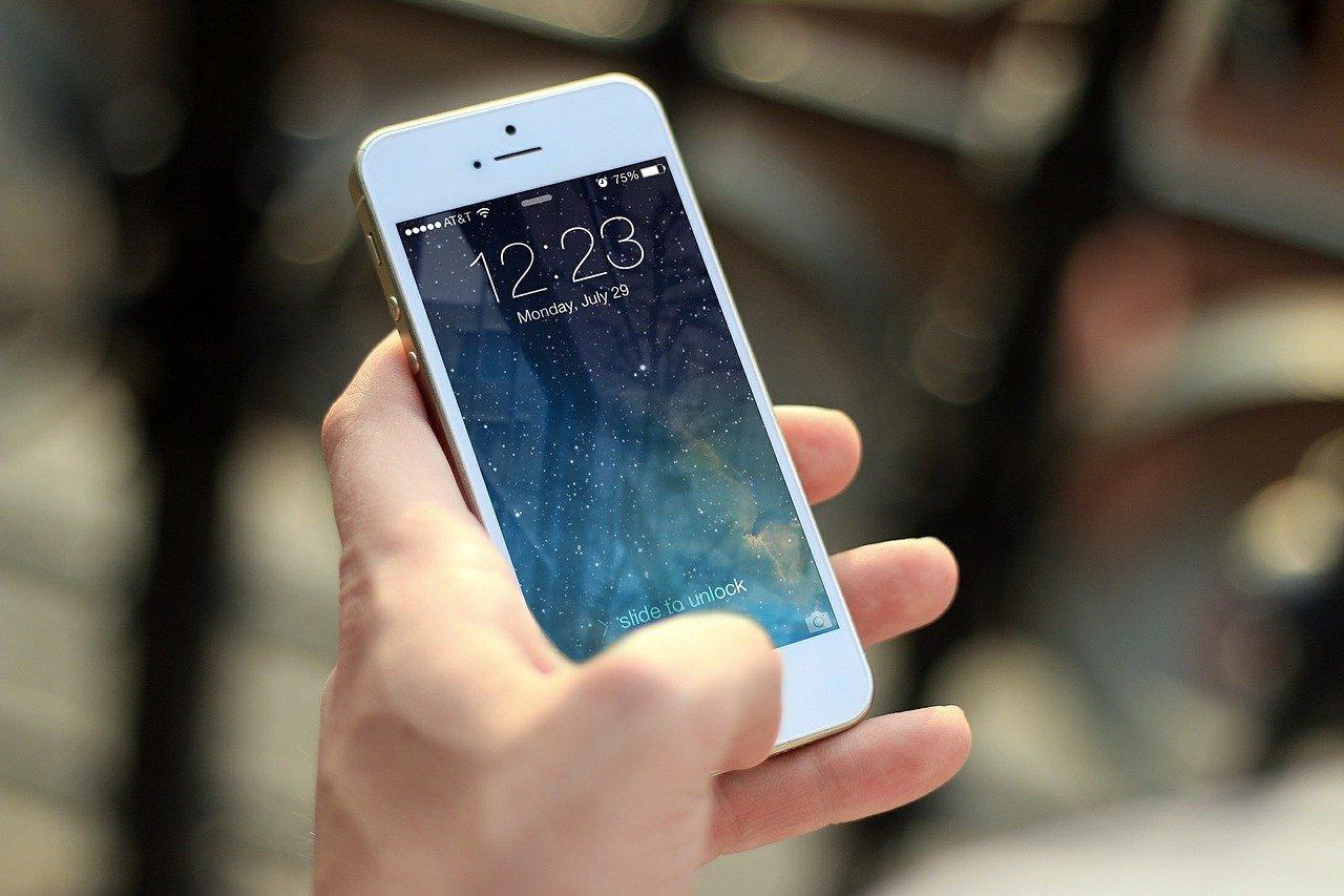 Un iPhone tenu dans une main