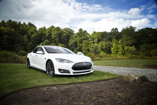 Une Tesla en mode autopilot anticipe un accident