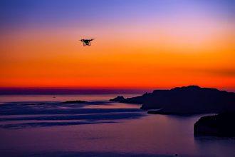 Un drone volant dans le ciel