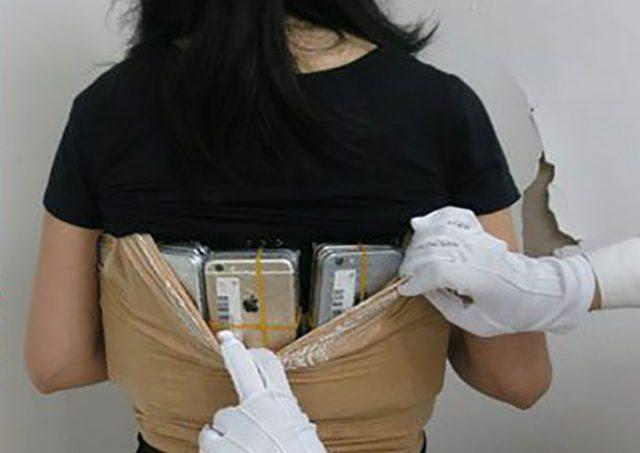 Cette contrebandière pleine d'ambition avait 102 smartphones scotchés sous la poitrine — IPhone
