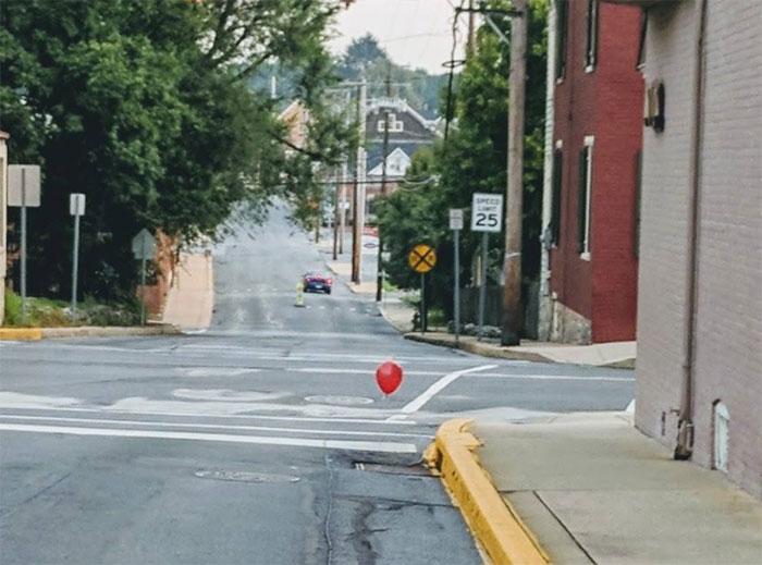 Cinq adolescentes ont terrorisé une ville entière avec de simples ballons rouges