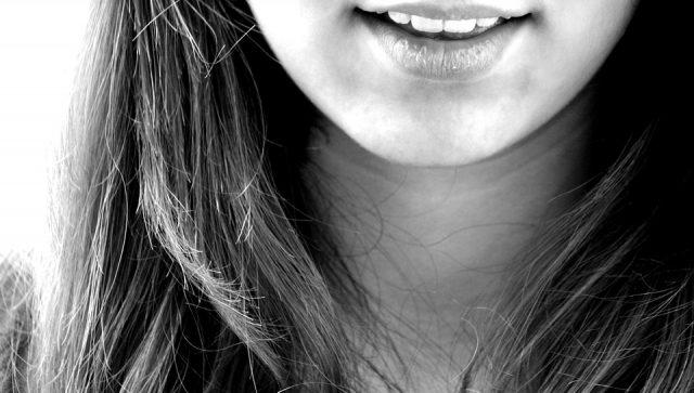 La bouche d'une jeune fille