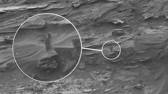 Une étrange dame près d'un rocher