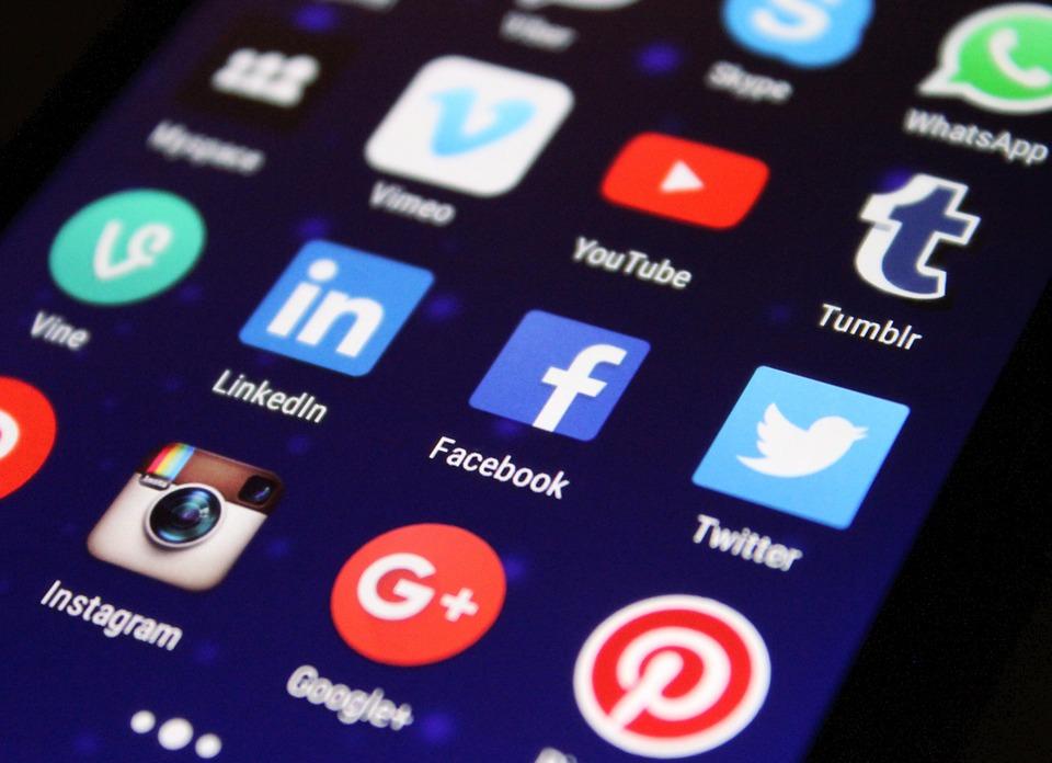 Comment et pourquoi les faux profils sur les réseaux sociaux réussissent-ils à avoir du succès ?