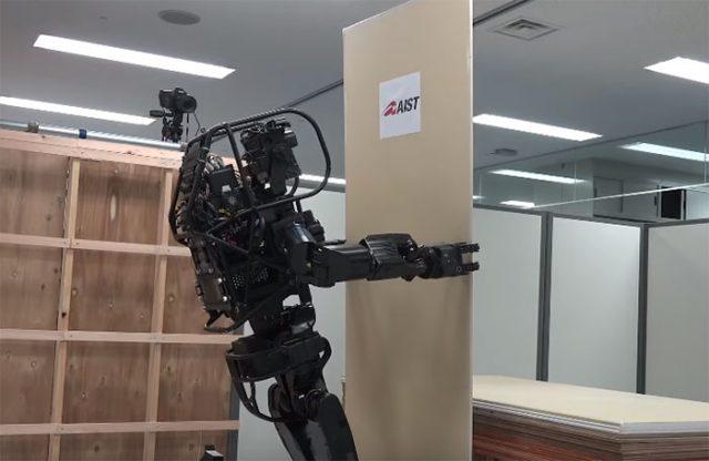 Ce robot humanoïde produit les mêmes mouvements qu'un ouvrier du bâtiment
