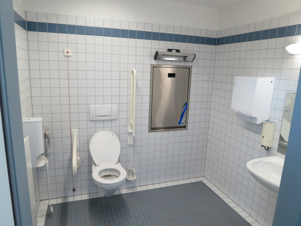 LESS : un nouveau revêtement pour des toilettes plus économes en eau