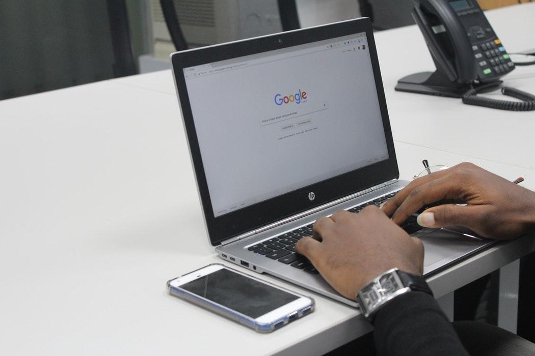 Google adapte désormais d'office sa traduction aux genres masculins et féminins