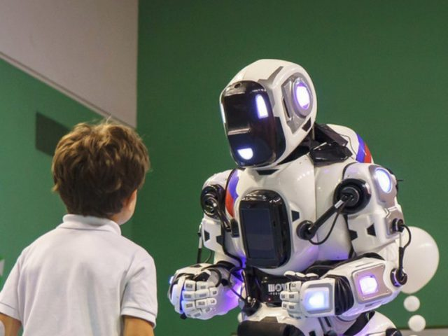 Ce robot humanoïde russe est en fait un humain déguisé