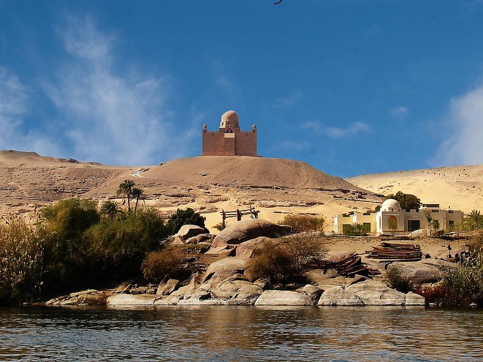 Egypte : des archéologues découvrent un tombeau inondé d'eau en Egypte