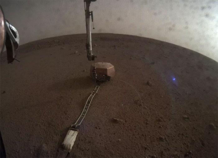 Quand InSight photographie une drôle de lueur bleue sur Mars