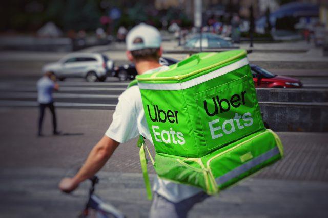 Un livreur uber Eats