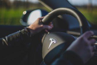 Le volant d'une Tesla