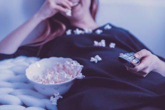 Manger du popcorn devant une bonne série
