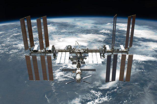 L'ISS flottant dans l'orbite terrestre