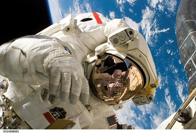 Un astronaute de la NASA dans l'espace